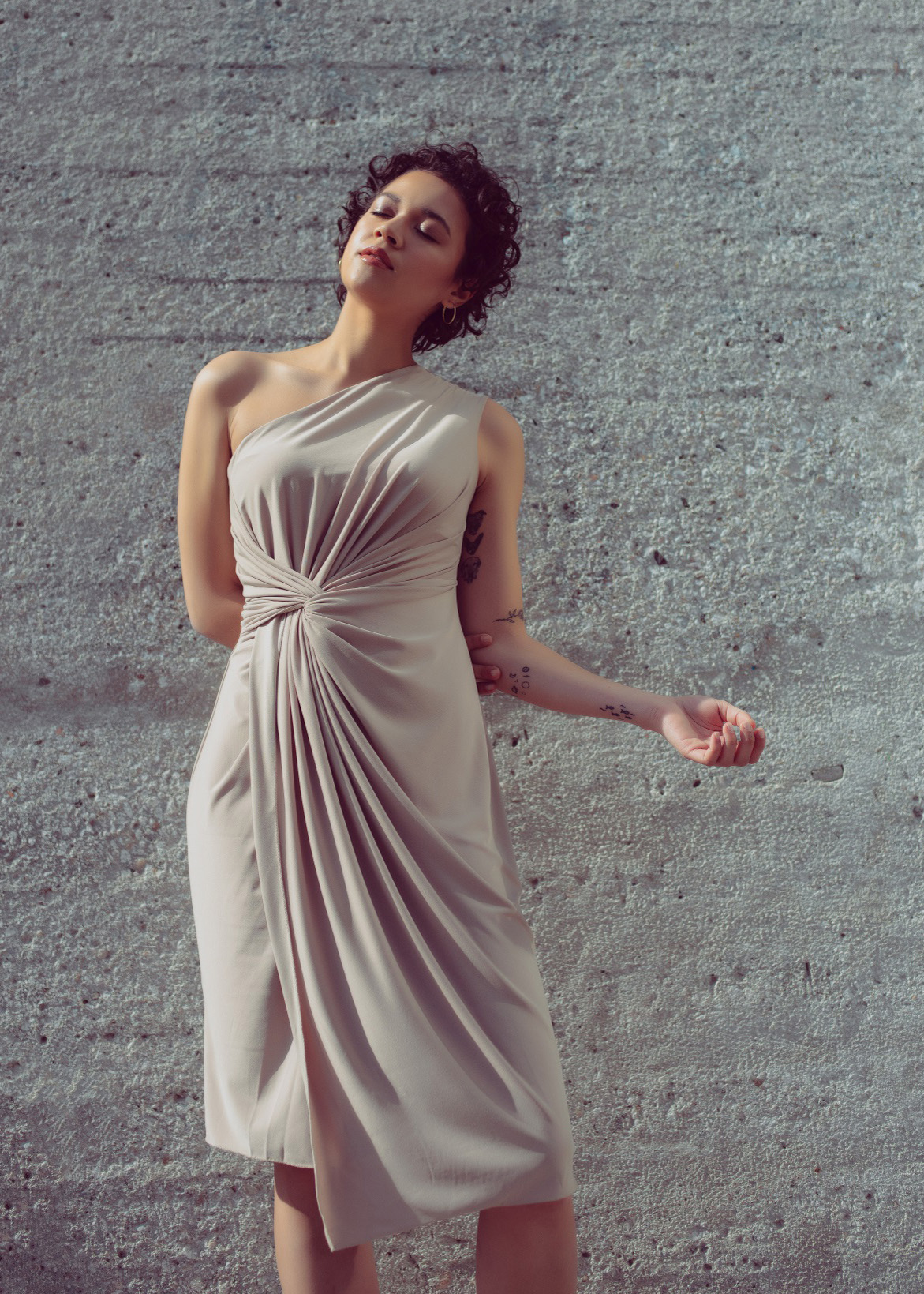 One shoulder knot draped dress in nude